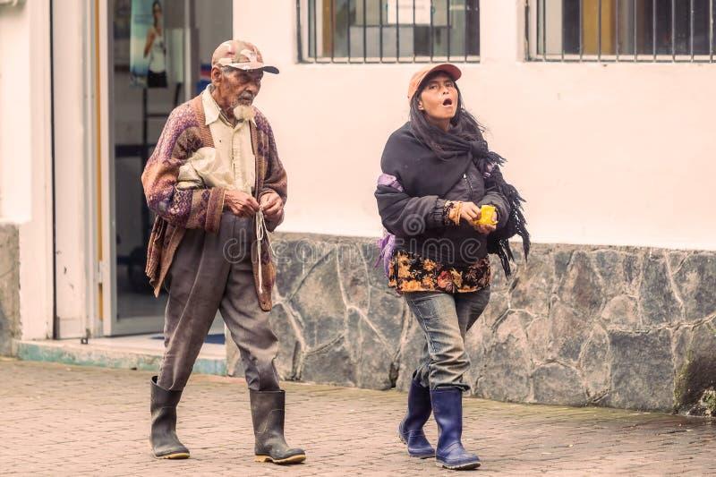 Niezidentyfikowani Ekwadorscy ludzie Chodzi Na ulicach obrazy royalty free