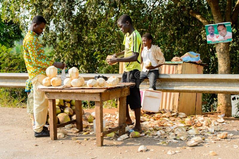 Niezidentyfikowani Ghańscy mężczyzna łuskają koks w lokalnej wiosce peop fotografia royalty free