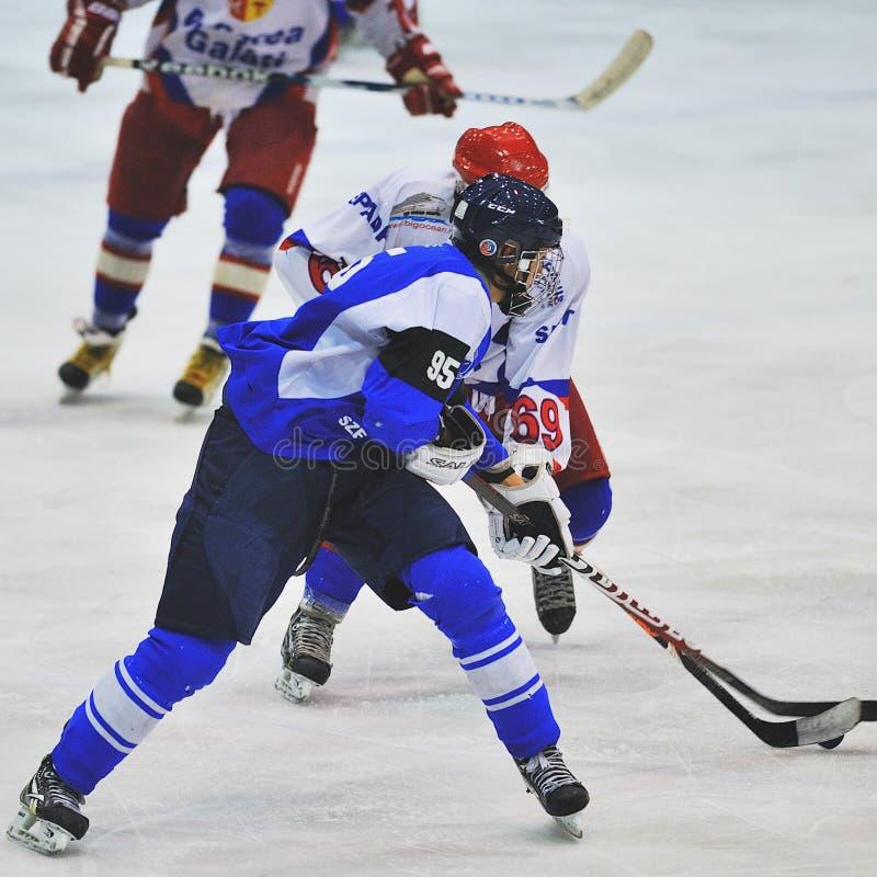 Niezidentyfikowani gracz w hokeja współzawodniczą obraz royalty free