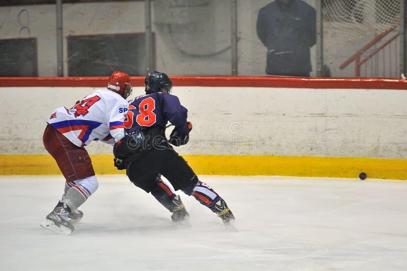 Niezidentyfikowani gracz w hokeja współzawodniczą podczas hokeja dopasowania fotografia stock