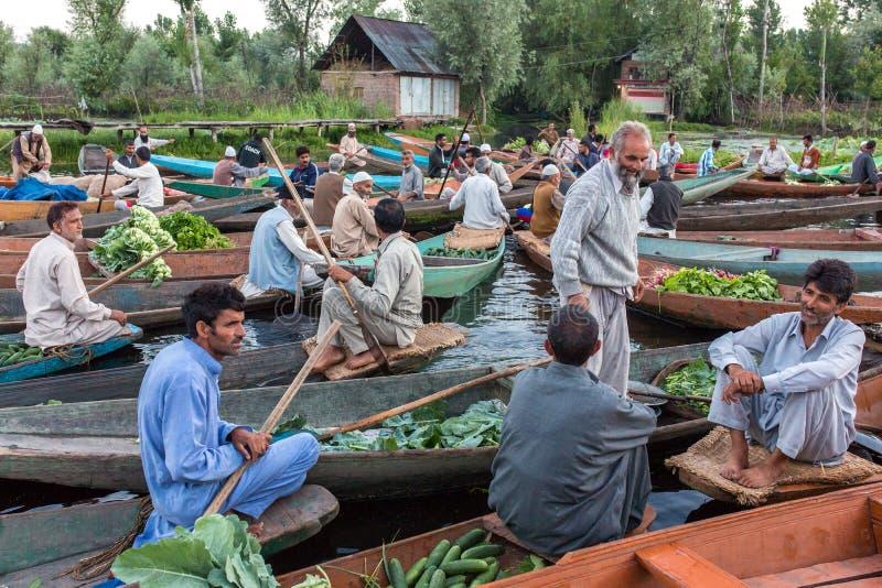 Niezidentyfikowani jarzynowi sprzedawcy bierze ich produkt spożywczy spławowy rynek w ranku na Dal jeziorze w Srinagar wcześnie,  obrazy royalty free