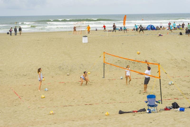 Niezidentyfikowani ludzie bawić się plażową siatkówkę przy ocean plaży ogienia jamami w San Francisco, CA obrazy royalty free
