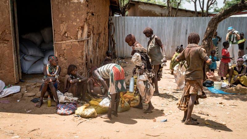 Niezidentyfikowani ludzie od Hamar plemienia przy lokalną wioską wprowadzać na rynek w Etiopia fotografia royalty free