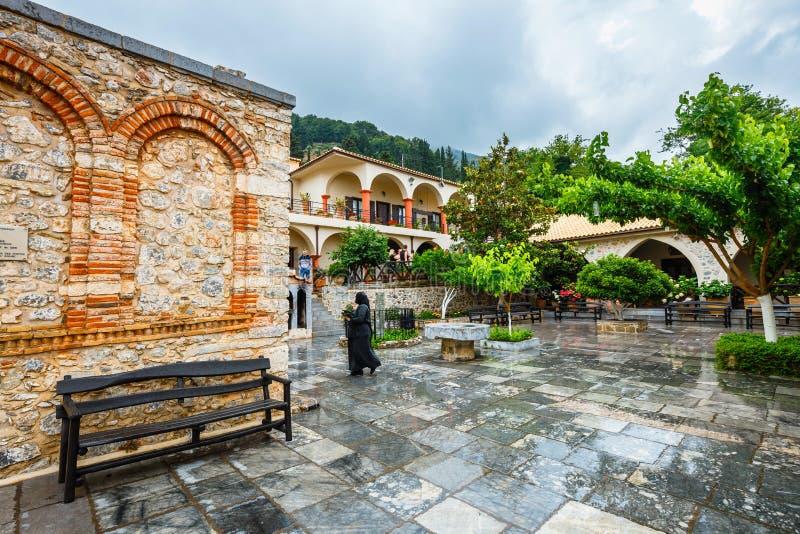 Niezidentyfikowani ludzie odwiedzają antycznego monaster Ker Kardiotissa na Crete Grecja obrazy stock