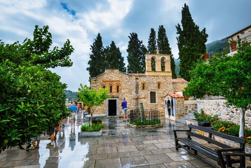 Niezidentyfikowani ludzie odwiedzają antycznego monaster Ker Kardiotissa na Crete Grecja zdjęcie stock