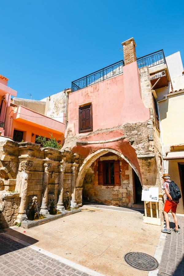 Niezidentyfikowani ludzie odwiedzają dziejowego centrum Rethymno miasto na Crete, Grecja obrazy stock