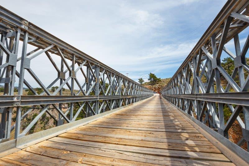 Niezidentyfikowani ludzie odwiedzają sławnego kratownicowego most nad Aradena wąwozem na Crete wyspie, Grecja obrazy stock
