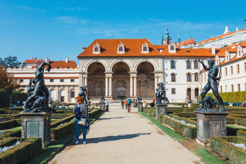 Niezidentyfikowani ludzie odwiedzają Wallenstein pałac obecnie dom Czeski senat w P zdjęcie stock