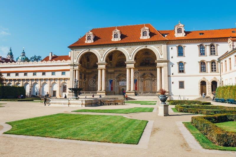Niezidentyfikowani ludzie odwiedzają Wallenstein pałac obecnie dom Czeski senat w P obrazy stock
