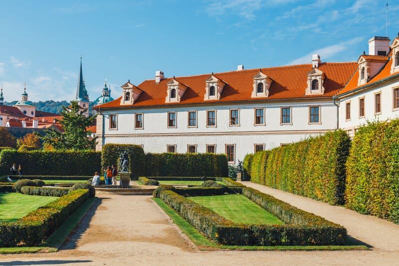 Niezidentyfikowani ludzie odwiedzają Wallenstein pałac obecnie dom Czeski senat w P obrazy royalty free