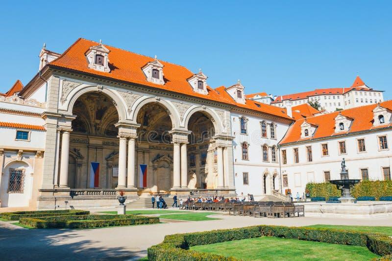 Niezidentyfikowani ludzie odwiedzają Wallenstein pałac obecnie dom Czeski senat w P obraz stock