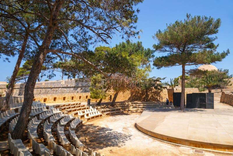 Niezidentyfikowani ludzie odwiedzają Weneckiego fortecznego Fortezza w Rethymno, Grecja zdjęcie stock