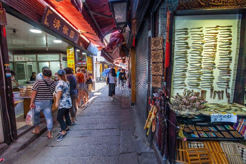 Niezidentyfikowani ludzie robią zakupy przy targową ulicą fotografia stock