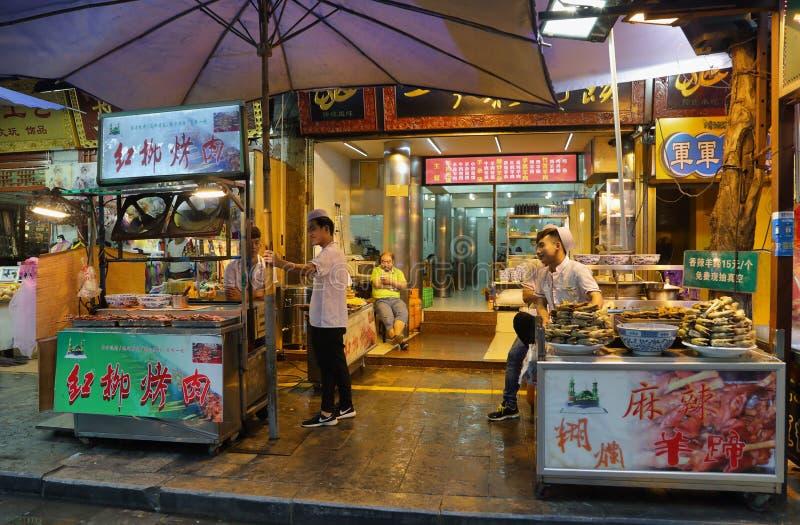 Niezidentyfikowani ludzie sprzedaje przekąski na deszczowym dniu obrazy stock