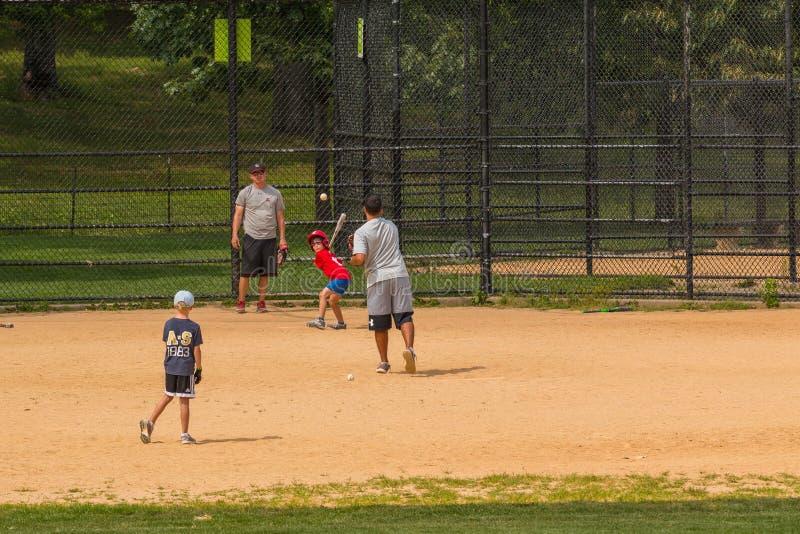 Niezidentyfikowani ludzie sztuka amatorskiego baseballa w central park obrazy stock