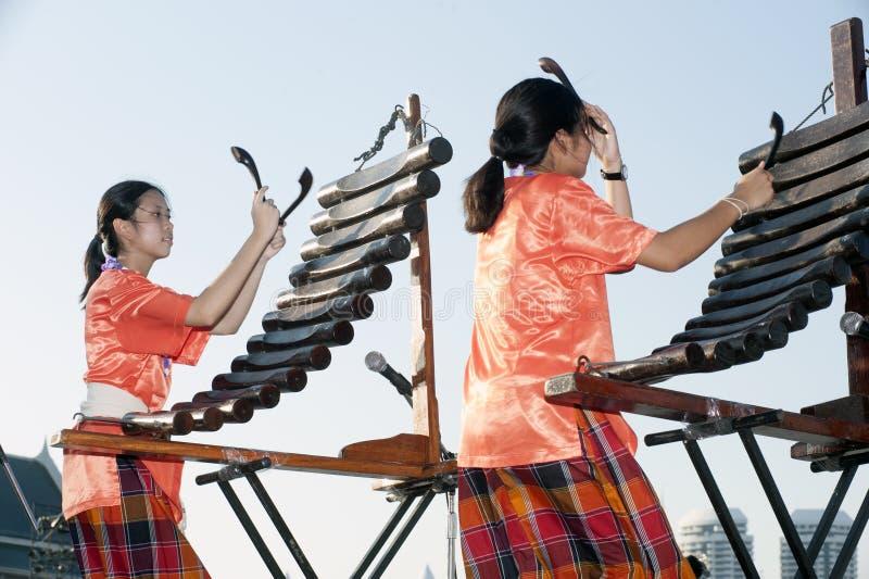 Niezidentyfikowani ludzie Tajlandzki muzyczny zespół bawić się piosenkę Pong Lang Tradycyjnymi Tajlandzkimi instrumentami muzyczn obrazy stock