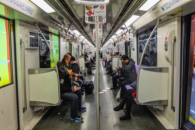 Niezidentyfikowani ludzie używają Szanghaj metro dla transportu fotografia stock