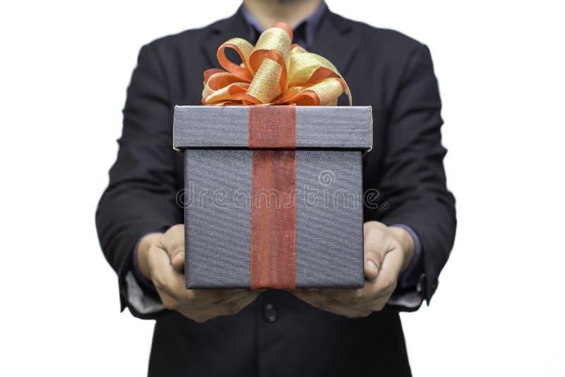 niezidentyfikowani mężczyzna trzyma czarnego prezenta pudełko dla teraźniejszości pojedynczy białe tło obraz royalty free