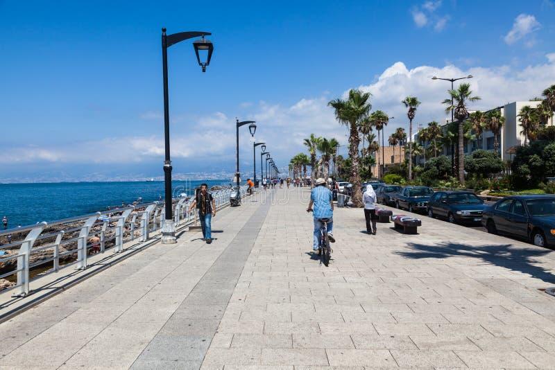 Niezidentyfikowani miejscowi chodzą wzdłuż plaży wokoło quay w Bejrut obrazy royalty free