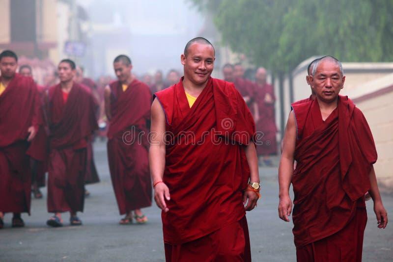 Niezidentyfikowani mnisi buddyjscy chodzą w grupie dla porannego nabożeństwa na Marzec 29, 2015 w Bylakuppe, India zdjęcie stock