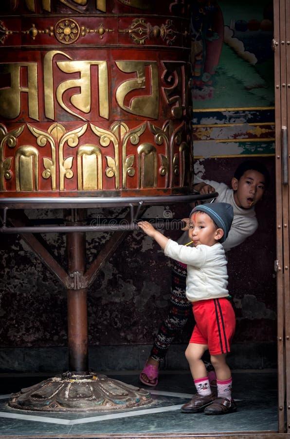 Niezidentyfikowani Nepalscy dzieci blisko Modlitewnych kół zdjęcia royalty free