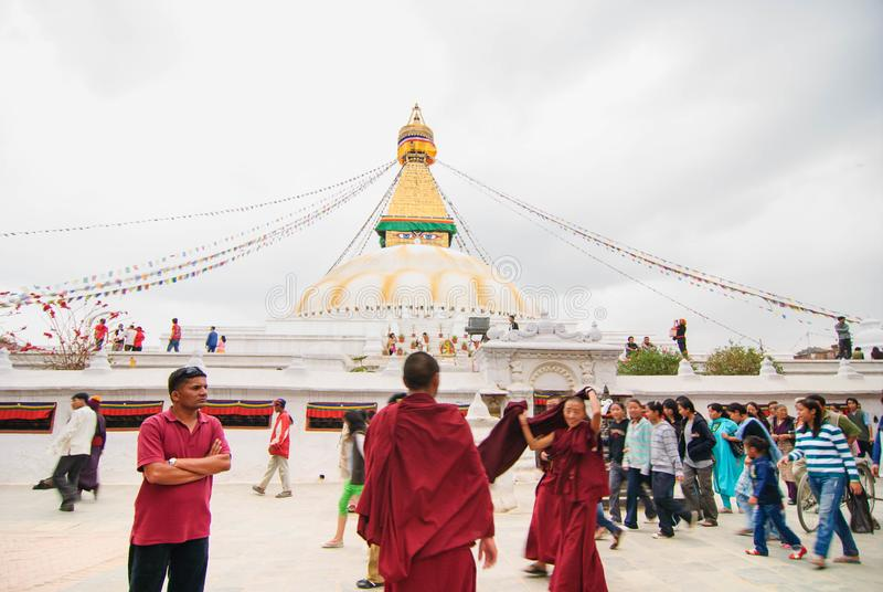 Niezidentyfikowani pielgrzymi chodzi woko?o Bodhnath stupy w Kathmandu, Nepal zdjęcie royalty free