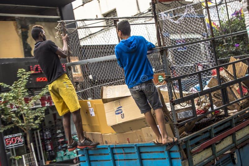 Niezidentyfikowani pracownicy miastowy miejski przetwarza śmieci zdjęcia stock