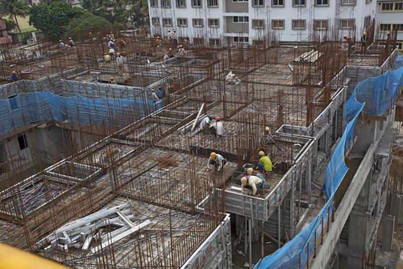 Niezidentyfikowani pracownicy zatrudniają w budowy zasięrzutnym metrze w Bangalore fotografia stock