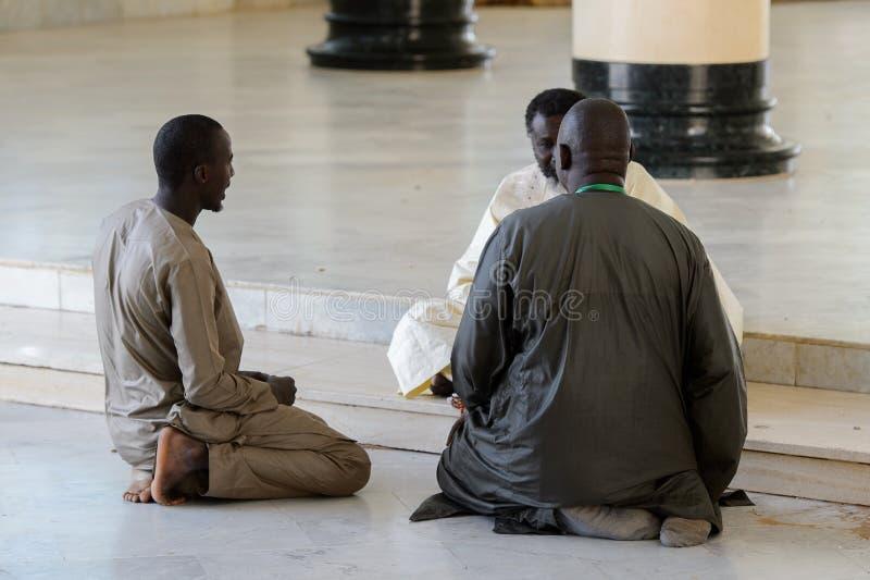 Niezidentyfikowani Senegalscy ludzie opowiadają z mułła na podłoga obrazy stock