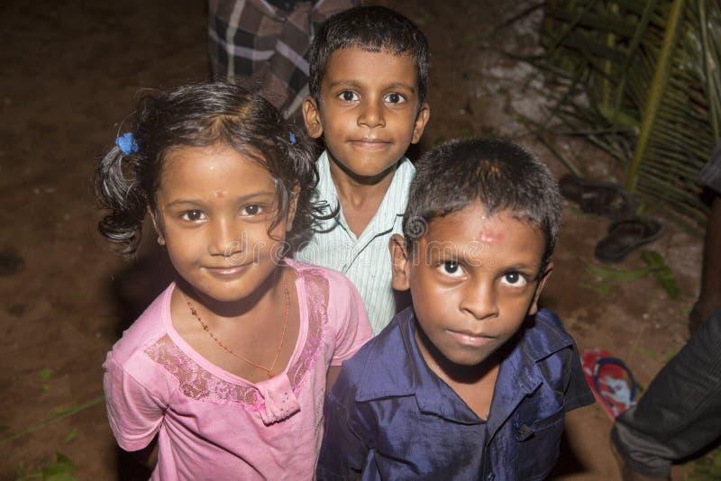 Niezidentyfikowani szczęśliwi wiejscy biedni dziecko nastolatkowie bawić się przy ulicą wioska obraz royalty free