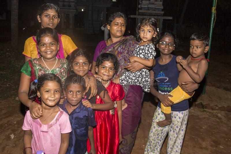 Niezidentyfikowani szczęśliwi wiejscy biedni dziecko nastolatkowie bawić się przy ulicą wioska zdjęcie stock