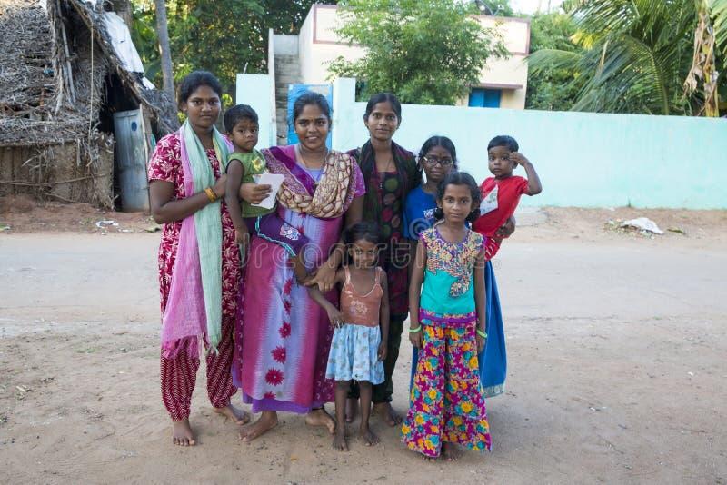 Niezidentyfikowani szczęśliwi wiejscy biedni dziecko nastolatkowie bawić się przy ulicą wioska zdjęcia royalty free