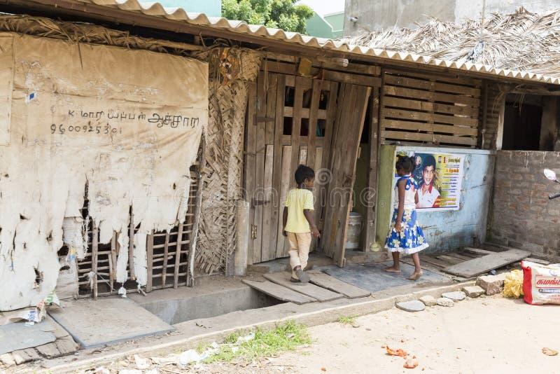 Niezidentyfikowani szczęśliwi wiejscy biedni dziecko nastolatkowie bawić się przy ulicą wioska fotografia stock