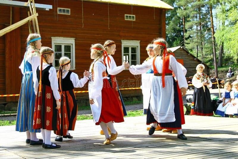 Niezidentyfikowani tancerze w folkloru zespole obraz stock