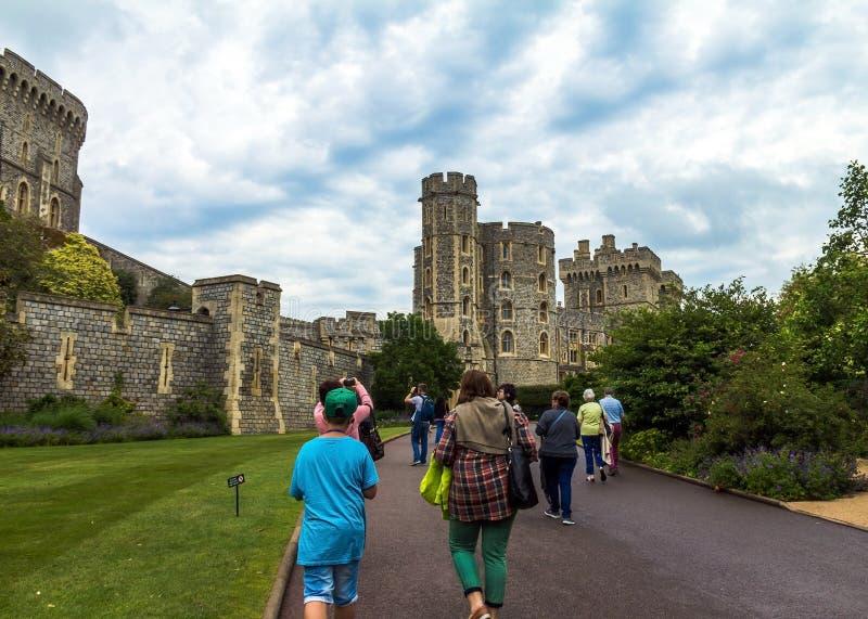 Niezidentyfikowani turyści blisko średniowiecznych budynków wśrodku Windsor Roszują obrazy stock