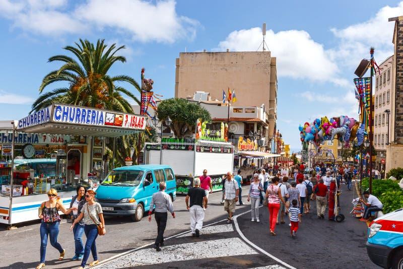 Niezidentyfikowani turyści chodzi w historycznym miasteczku La Orotava, Tenerife, Hiszpania zdjęcie stock