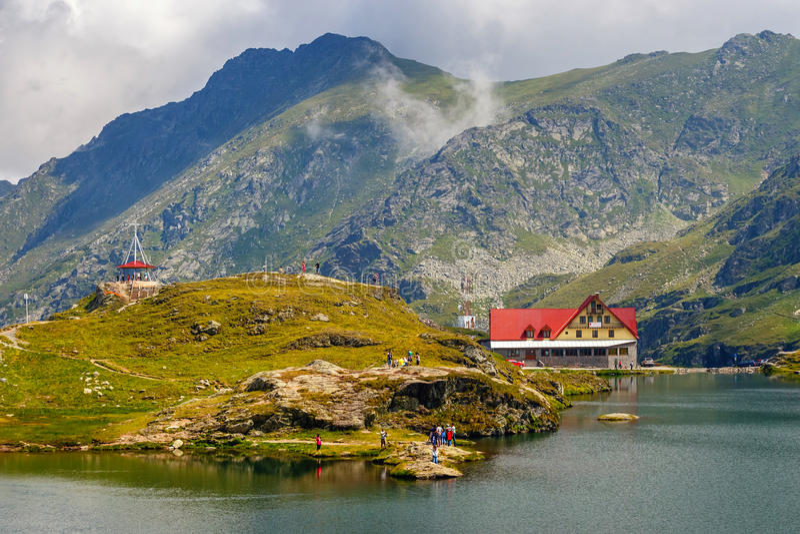 Niezidentyfikowani turyści cieszą się widoki Balea jezioro przy 2.034 m wysokością w Fagaras górach fotografia stock