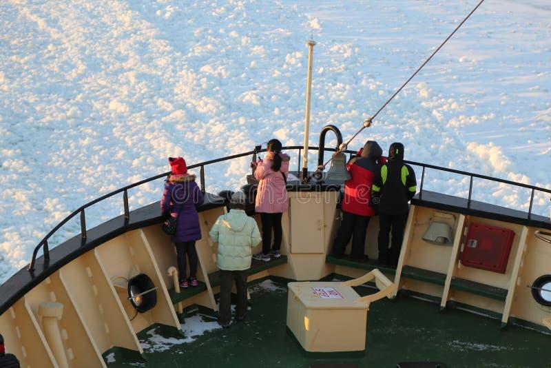 Niezidentyfikowani turyści na pokładzie arktyczny Icebreaker Sampo podczas unikalnego rejsu w zamarzniętym morzu bałtyckim zdjęcie royalty free
