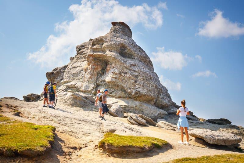 Niezidentyfikowani turyści odwiedzają Bucegi góry w Rumunia na Lipu 09, 2015 obraz stock