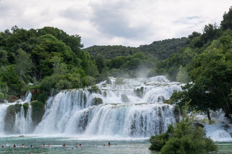 Niezidentyfikowani turyści pływają w siklawie Skradinski Buk Krka rzeka w Chorwacja obraz royalty free
