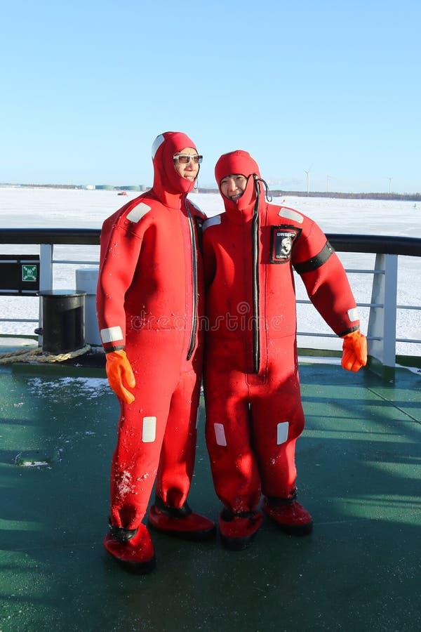 Niezidentyfikowani turyści przygotowywający up z przetrwanie kostiumem przygotowywającym zamrażać pływanie w zamarzniętym morzu b fotografia stock