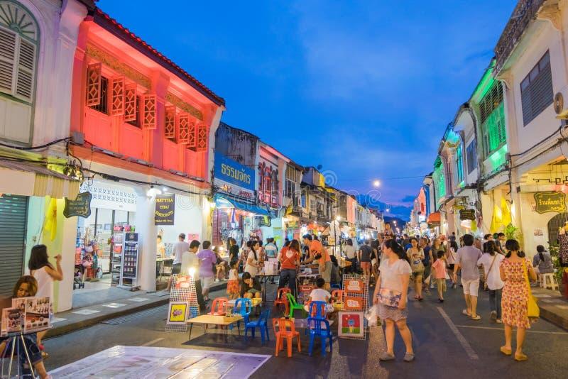 Niezidentyfikowani turyści robią zakupy przy starym grodzkim noc rynkiem dzwonią Okrasa Yai w Phuket, Tajlandia fotografia stock