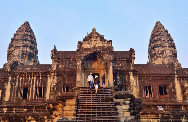 Niezidentyfikowani turyści wspina się schodek w Angkor Wat świątyni fotografia royalty free