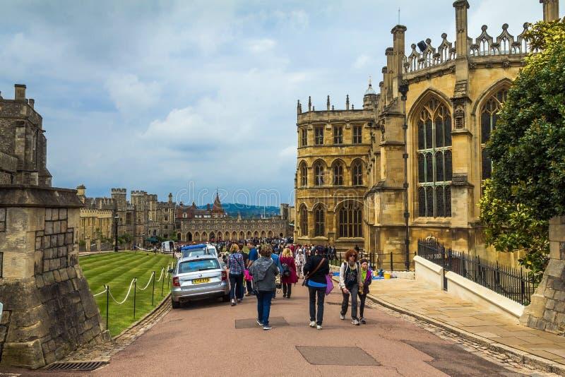 Niezidentyfikowani turyści zbliżają St George kaplicę windsor UK zdjęcia royalty free