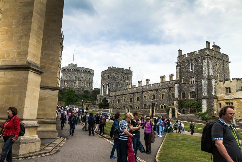 Niezidentyfikowani turyści zbliżają St George kaplicę windsor UK fotografia royalty free