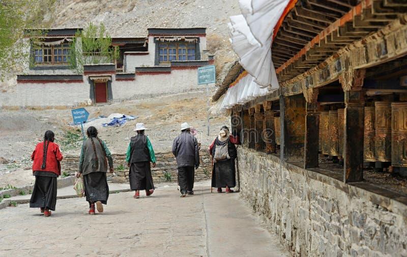 Niezidentyfikowani Tybetańscy pielgrzymi okrążają Gyantse monaster fotografia royalty free