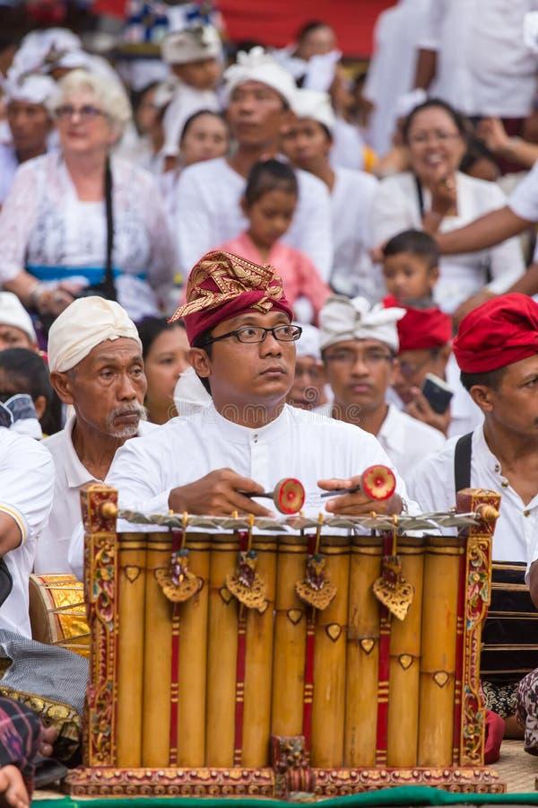 Niezidentyfikowany balijczyka mężczyzna bawić się tradycyjnego balijczyka muzycznego instrument gamelan zdjęcie stock