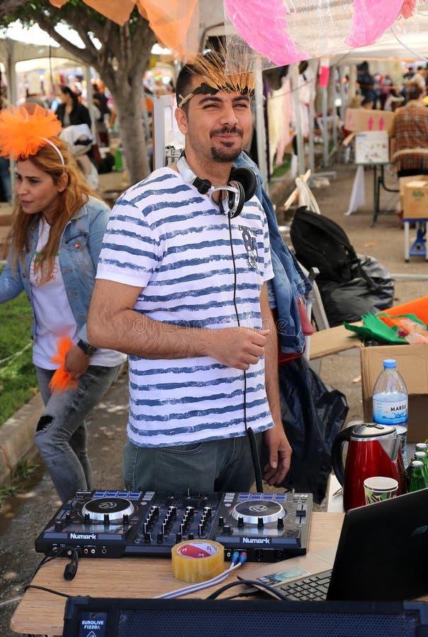 Niezidentyfikowany DJ bawić się muzykę przy Pomarańczowym okwitnięcie karnawałem obrazy royalty free