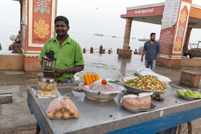 Niezidentyfikowany Indiański handlowiec w jego sklepie na miejscowego rynku sprzedaje wszystkie towary jakby, fuits, warzywa, ara obrazy stock