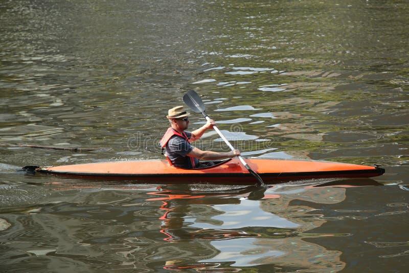 Niezidentyfikowany kayaker na Yarra rzece w Melbourne zdjęcia royalty free